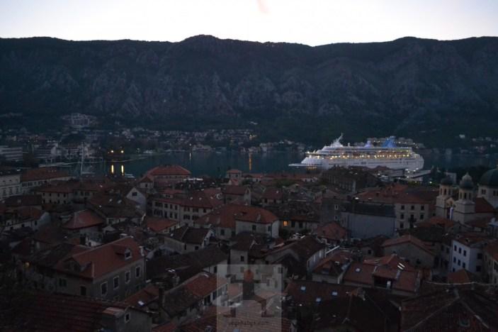 Bir gün kasabaya bir gemi gelir, kasabayı alıp götürür...