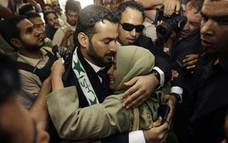 Mutadhar al-Zaidi embraces his sister upon his arrival at the Al-Baghdadya television station, where he gave this speech, after his release from prison Sept. 15. – Photo: Reuters