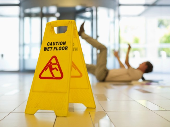 Cadute in piano e pavimenti antisdrucciolevoli: la normativa
