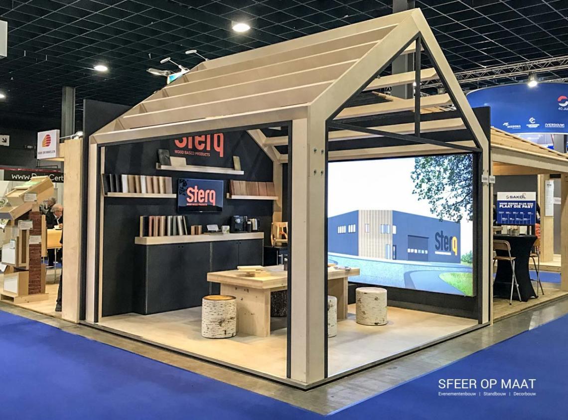 De stand van Sterq wood based products staat als een huis op de bouwbeurs in de jaarbeurshallen te Utrecht. Een mooie stand van hout. Gemaakt door Sfeer op Maat.