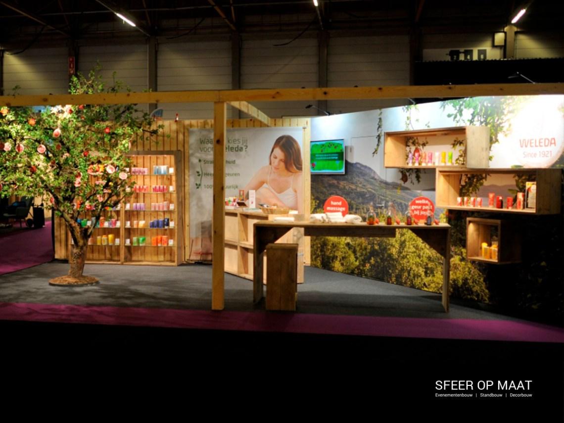 Decorstuk van een Boom siert de stand voor Weleda op de Goed Gevoel Ladies Fair in 2017. Standbouw door Sfeer op Maat.