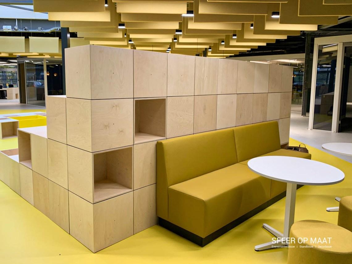 Sfeer op Maat bouwt tribune voor Heijmans van modulaire kubussen
