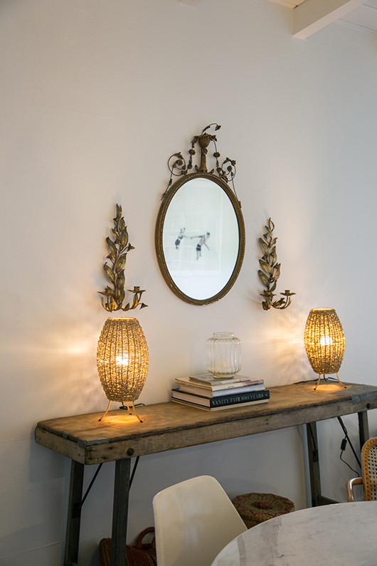 vintage mirror with matching table lamps on entry way table / sfgirlbybay