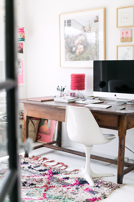 vintage desk with white mid-century modern office chair / sfgirlbybay