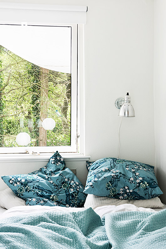 seaside cottage retreat bedroom decor and teal floral bedding / sfgirlbybay