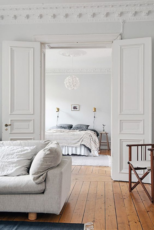 white walls with tall ceilings and ornate moldings. / sfgirlbybay