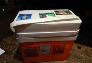 Onze rode frigo box met stickers editie 95/97/98/99/01/02/04/05/06/13/14 is nu een herkenningspunt voor vrienden