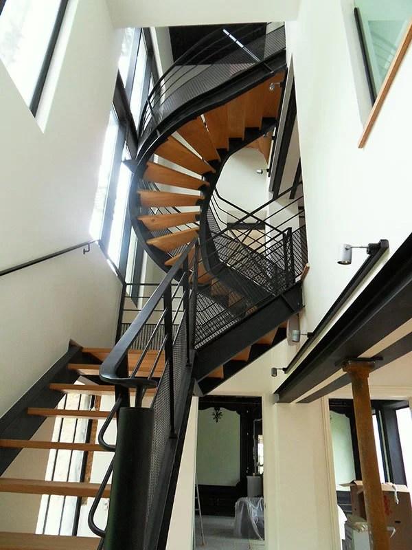 Escaliers design tournant bois et métal 78