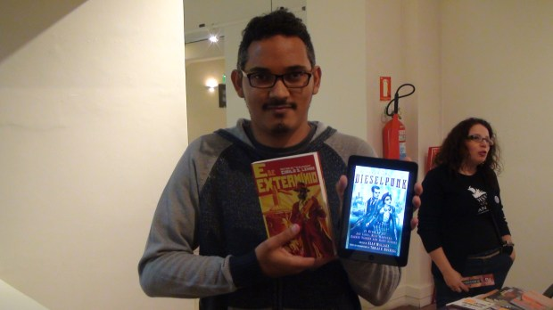 "Cirilo S. Lemos with his new novel ""E de Extermínio"" and the anthology that will feature one of his stories"