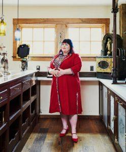 L'autrice fantasy Cassandra Clare nella zona bar realizzata con materiali da farmacista all'interno dello studio per scrittori che appartiene a lei e al marito, Joshua Lewis. Lo studio, che si trova di fronte all'abitazione della coppia in Amherst, Mass., è stato creato in stile steampunk. – Tony Luong per il New York Times