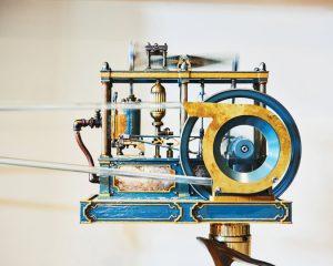 Un motore a vapore che è stato elettrificato perché dia l'impressione di alimentare i ventilatori nello studio per scrittori di Ms. Clare ad Amherst, Mass. – Tony Luong per il New York Times