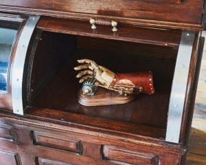 Una mano meccanica esposta nella zona bar di Ms. Clare. – Tony Luong per il New York Times