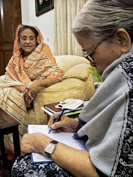 Mahasweta Devi with Prime Minister Sheikh Hasina at the PM's residence. Photo: Shahidul Alam/Drik/Majority World