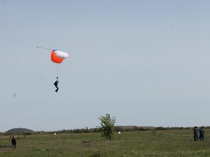 В шахтинском небе вновь — парашютисты