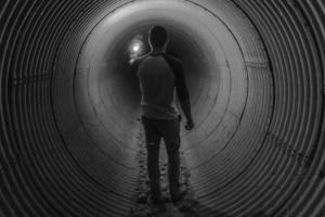 túnel de luz homem
