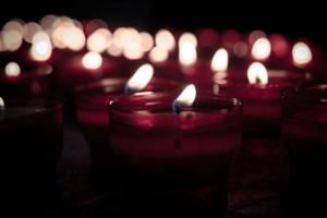 velas acesas vermelhas na escuridão