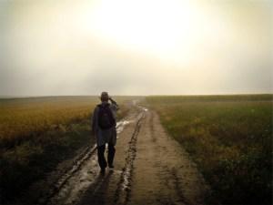 homem caminhando estrada