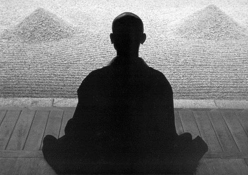 Le Bouddhisme - Un moine en méditation