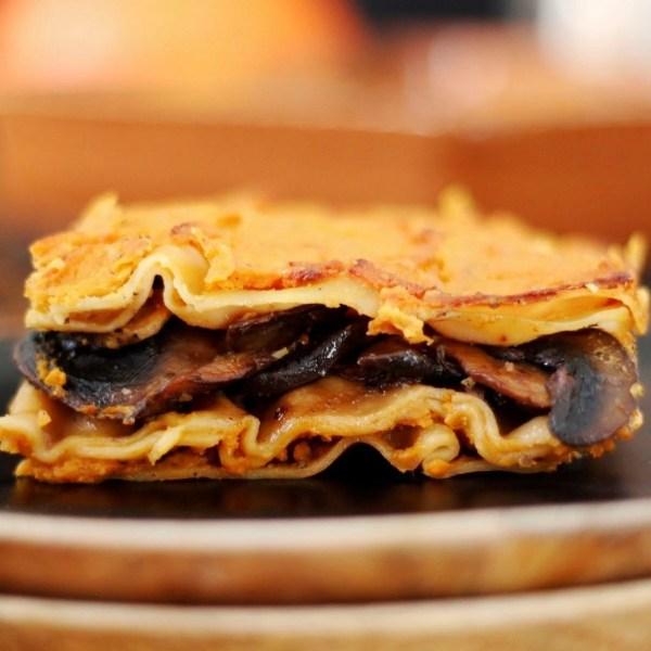 Vegan λαζάνια με κρέμα κολοκύθας και μανιτάρια