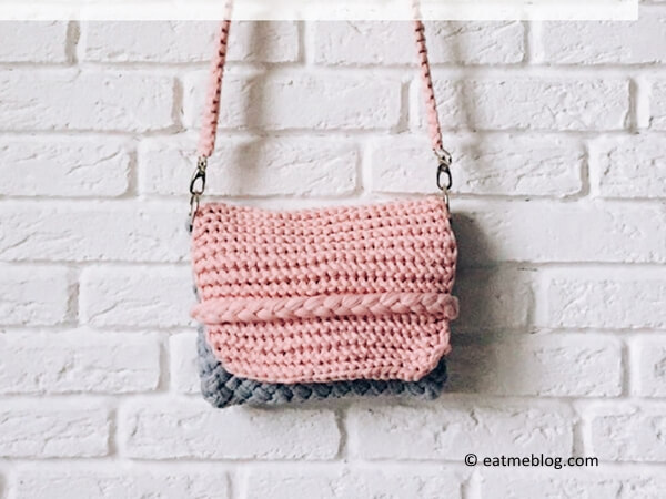 KNITTED CLUTCH