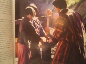 ブータンの民族衣装を着た人々
