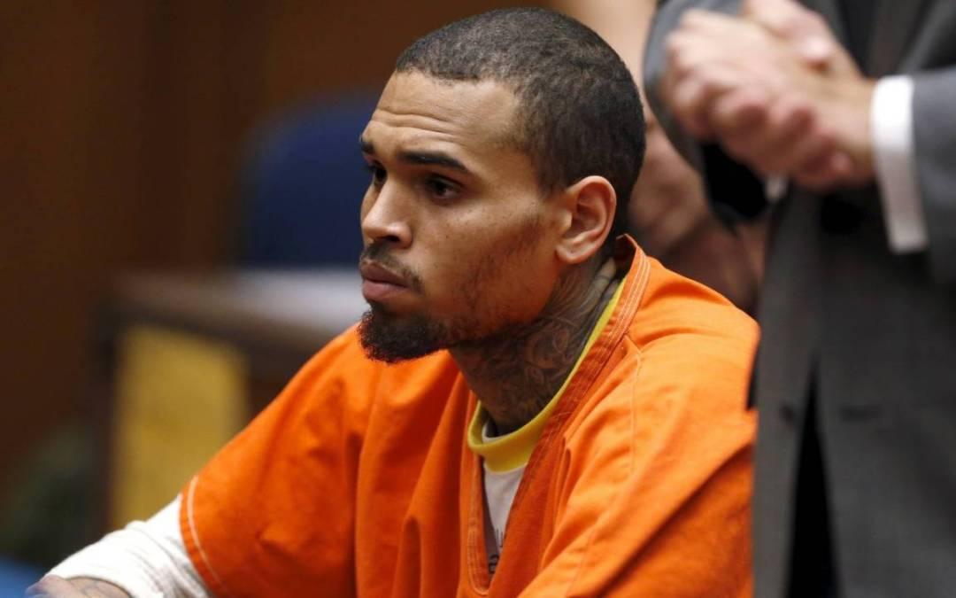 المغني كريس براون محتجزاً في باريس بتهمة الإغتصاب وذلك بعد سنوات من توقيفه بسبب الإعتداء على ريهانا
