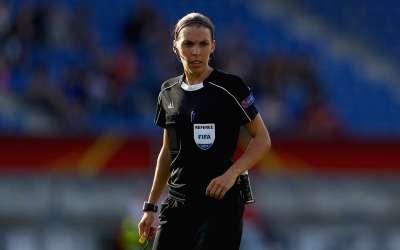 أوّل امرأة فرنسية تتولى إدارة مباراة في دوري الدرجة الأولى