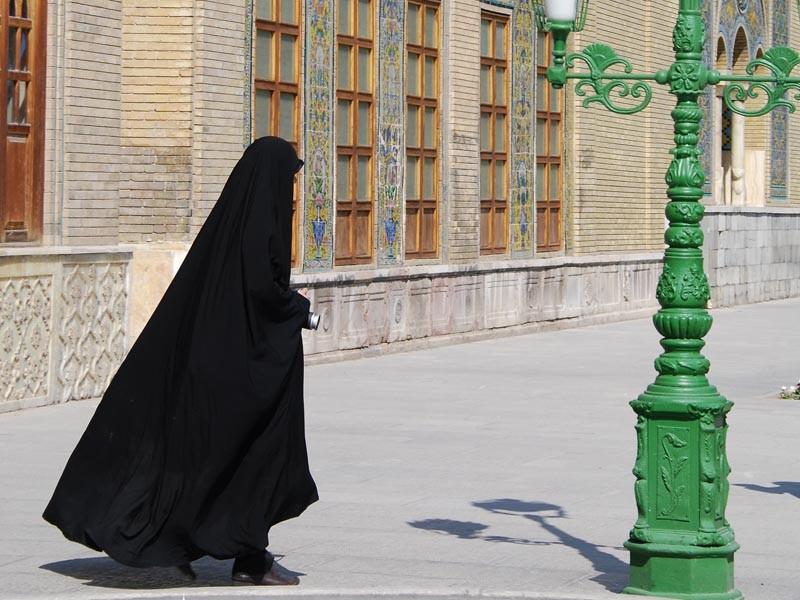 اعتقال امرأة في ايران لعدم ارتدائها حمالة صدر!