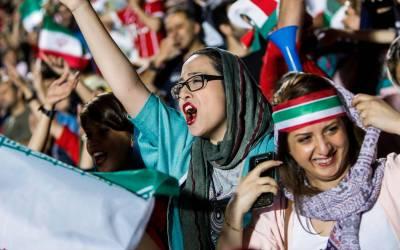 بعد أربعين عاماً من الحظر… الإيرانيات إلى مدرجات ملاعب كرة القدم اليوم