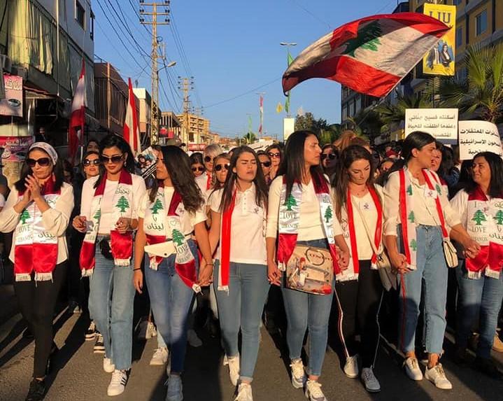 النساء يتقدمن مسيرة حاشدة في كفرمان