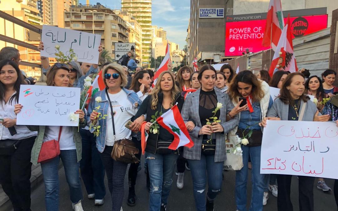 من جديد نساء لبنان يحضنّ الوطن ويبددنّ التوتر الذي شهده جسر الرينغ في الأيام الماضية