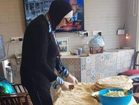 سيدة طرابلسية تعد يوميا 500 سندويشة وترسلها إلى أهالي مدينة بيروت المنكوبة