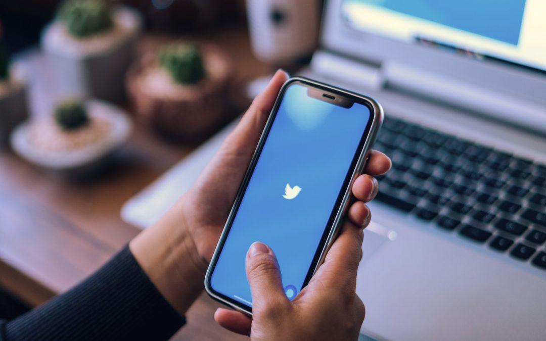 """""""تويتر"""" يتقاعس عن حماية النساء من العنف والإساءة عبر الإنترنت"""