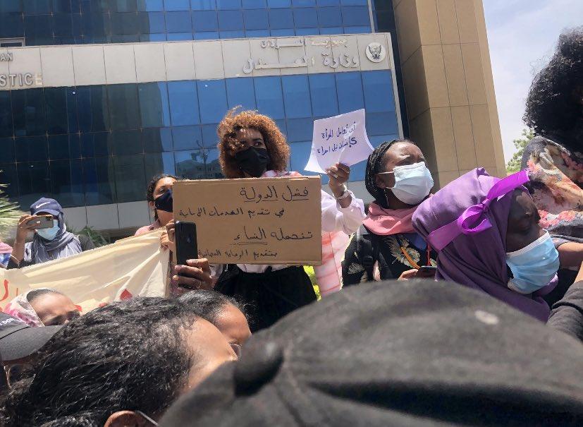 احتجاجات أمام وزارة العدل في السودان للمطالبة بحماية النساء من العنف ضدهنّ