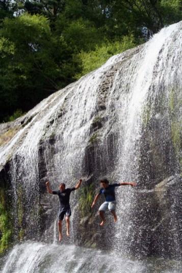 Dwaine und Cassiano springen die Rere Falls hinunter