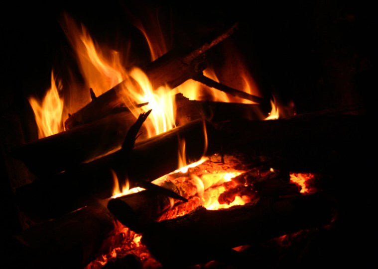 Prasselndes Feuer in der Hütte