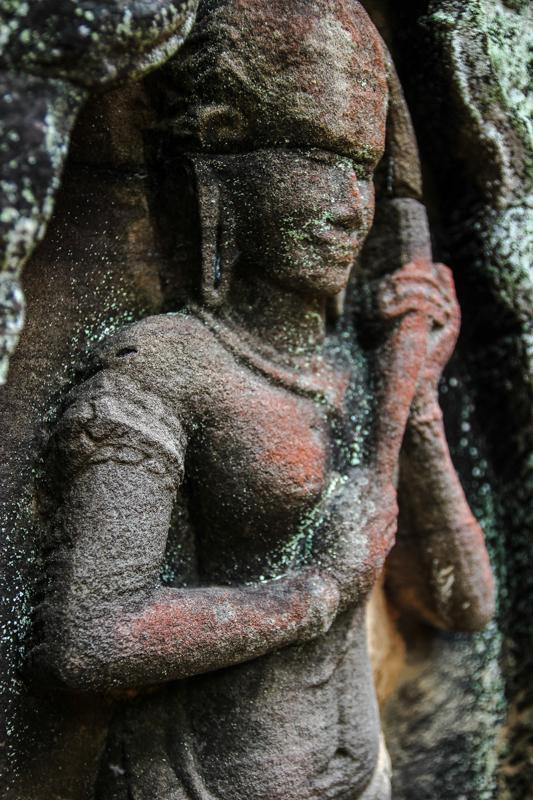 Eine Devata drückt sich ihr Haar aus