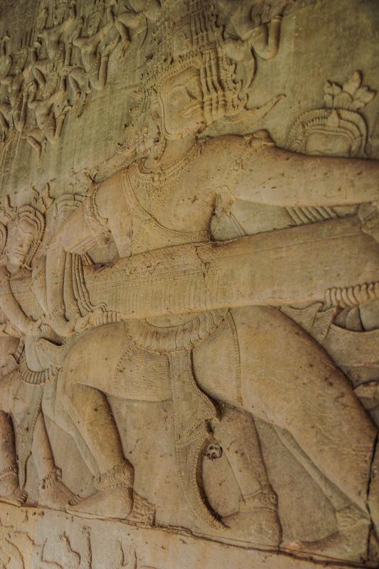 Eins der zahlreichen Basreliefs: Shiva im Kampf gegen die Dämonen