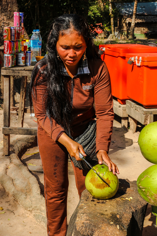 Das Öffnen einer Kokosnuss