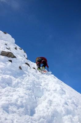 Abstieg vom steilen Gipfel