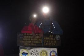 Auf dem Gipfel des Mount Kinabalus vor dem Sonnenaufgang um 5 Uhr