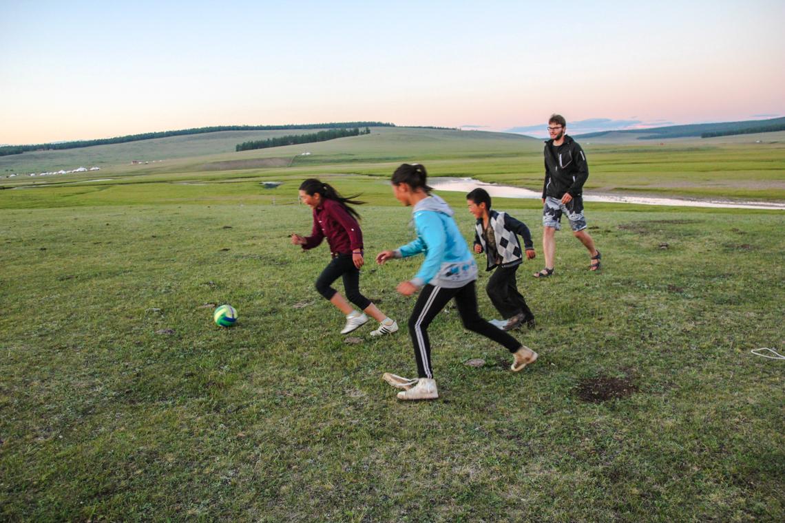 Fußballspiel mit den Kindern