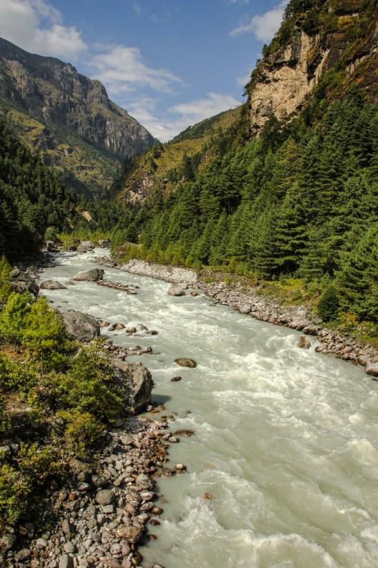 Wildwasserfluss unterhalb von Phakding