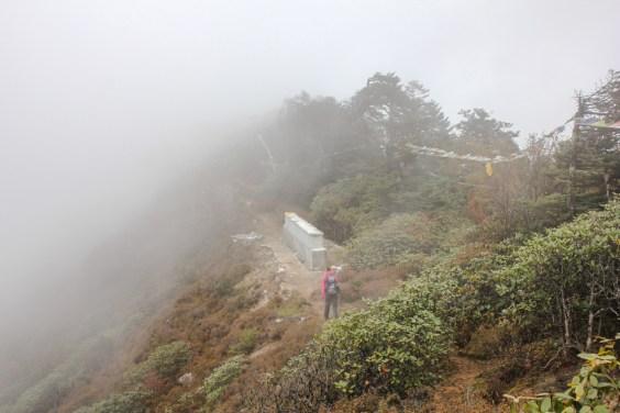 Abstieg in Wolken