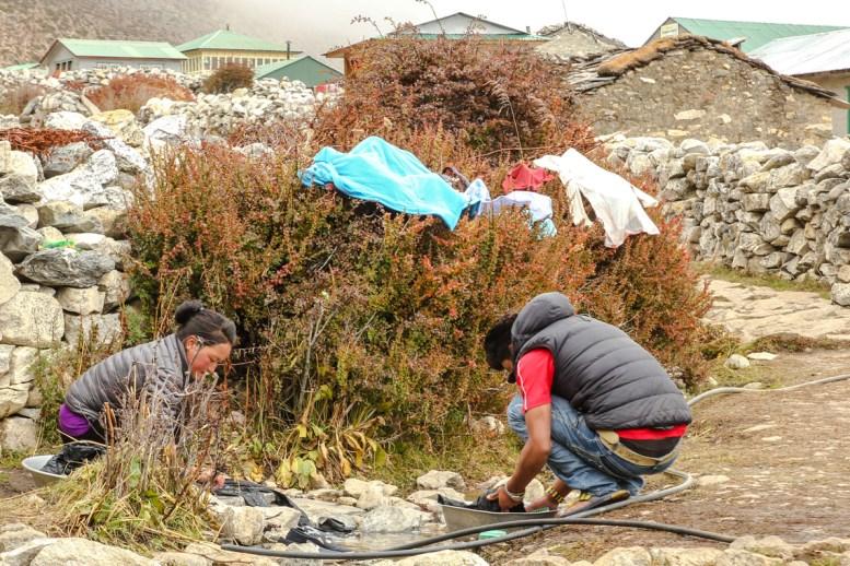Wäschewaschen Himalayan Style - das Wasser ist eiskalt!