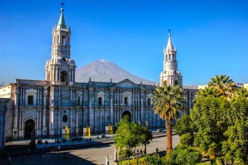 Kathedrale und Vulkan Misti (5.822m)