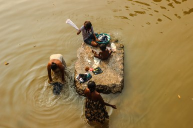 Wäschewaschen im Fluss Menik Ganga