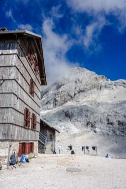 Dom Planika Hütte vor dem Triglav