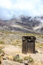 Toilettenhäuschen vor dem Kilimanjaro