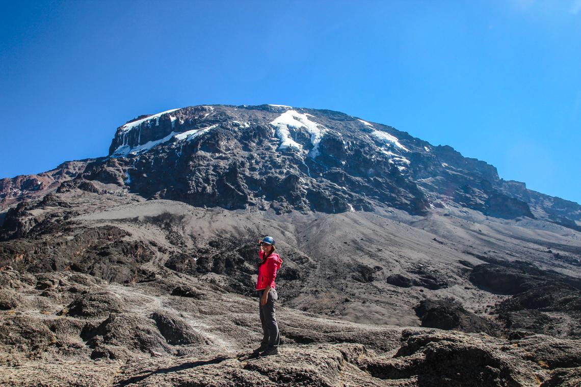 In Hut, Fleece-Jacke und Trailrunningschuhen auf den Kilimanjaro